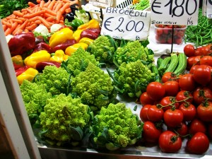 outdoor-food-market-in-italy