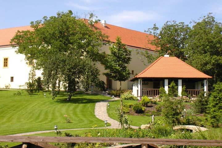 Средневековое поместье с замком-отелем 5* в Праге. менно это поместье планировал «захватить» с помощью смекалки барон Мюнзгаузен. Но не смог. Стоимость 4.5 млн евро
