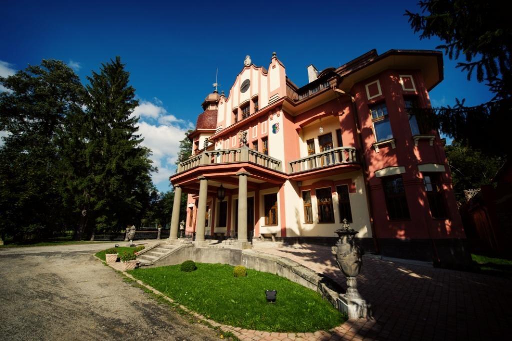 """Замок-отель класса """"люкс"""" с зо-тью гектарами парка и шестью озерами. Стоимость 4.5 млн евро"""